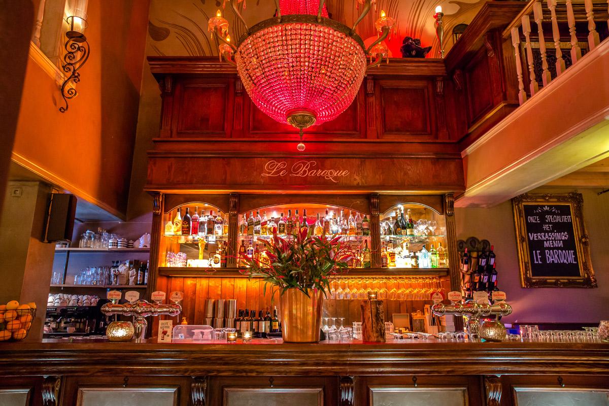 De sfeervolle bar in het restaurant