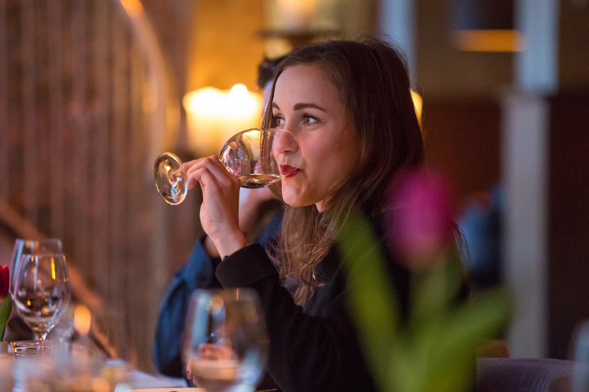 Gast die geniet van een glas wijn